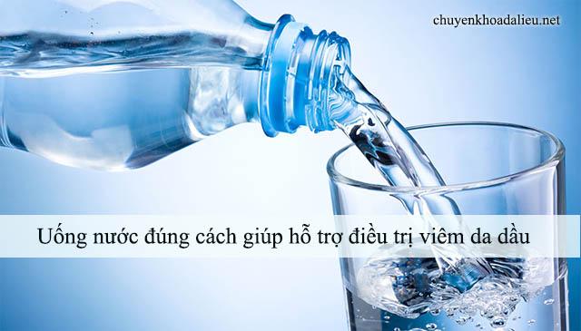 Uống nước đúng cách giúp hỗ trợ điều trị viêm da dầu