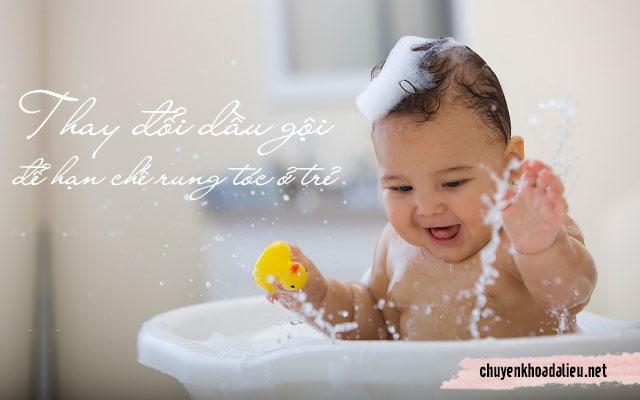 thay đổi loại dầu gội thích hợp với da dầu của trẻ