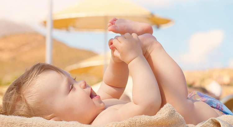 chữa tóc rụng hình vành khăn bằng cách tắm nắng cho trẻ