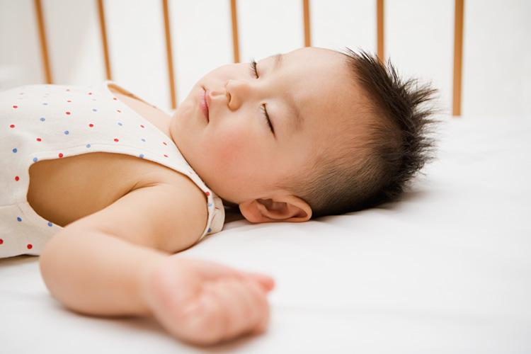 Trẻ nằm ngửa quá nhiều sẽ gây rụng tóc vành khăn