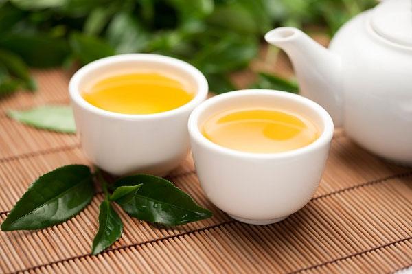 Tắm lá trà xanh điều trị bệnh vảy nến tại nhà