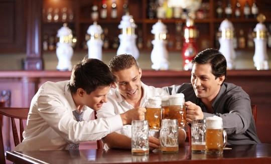 Sau khi uống rượu bia bị nổi mề đay nên làm gì ?