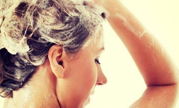 Bị nấm da đầu nên gội đầu bằng nước ấm hay nước lạnh