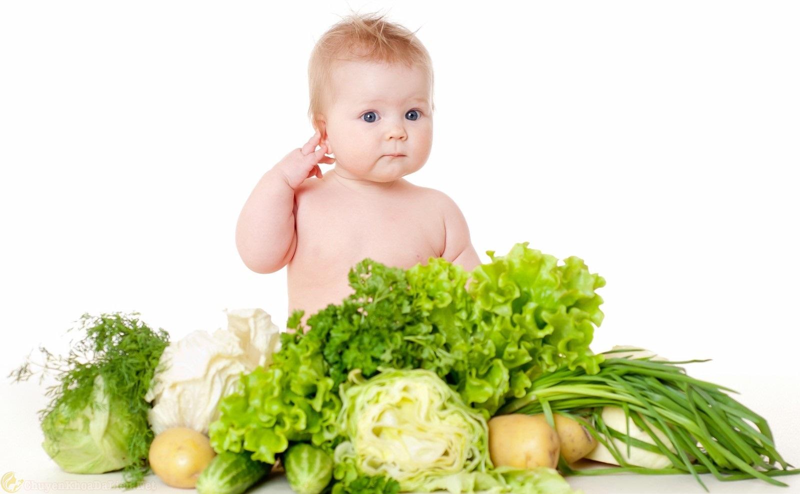 cho trẻ ăn nhiều rau khi bị viêm da cơ địa.