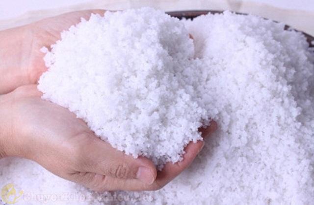 Cách chữa vảy nến da đầu tại nhà bằng muối biển
