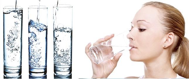 Uống nhiều nước rất tốt cho người bị mẩn ngứa