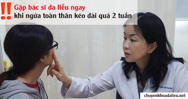 Bác sĩ da liễu khám và hướng dẫn cách trị ngứa da toàn thân cho bệnh nhân