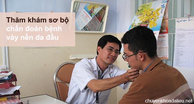 Bác sĩ khám chẩn đoán bệnh vẩy nến da đầu