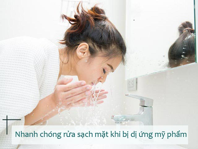 Nên rửa mặt ngay sau khi có biểu hiện dị ứng ngứa da do mỹ phẩm