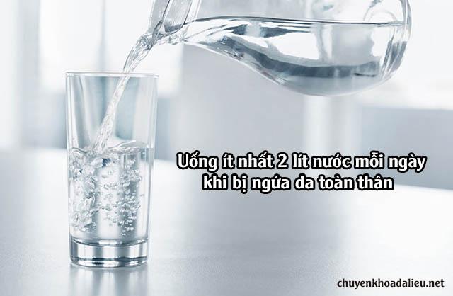 Bạn nên uống nhiều nước khi có biểu hiện ngứa toàn thân