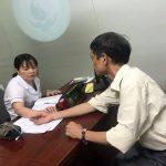 Bác sĩ Nguyễn Thị Lệ Quyên thăm khám cho bệnh nhân