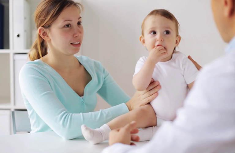 thăm khám sớm khi trẻ viêm da dị ứng thời tiết