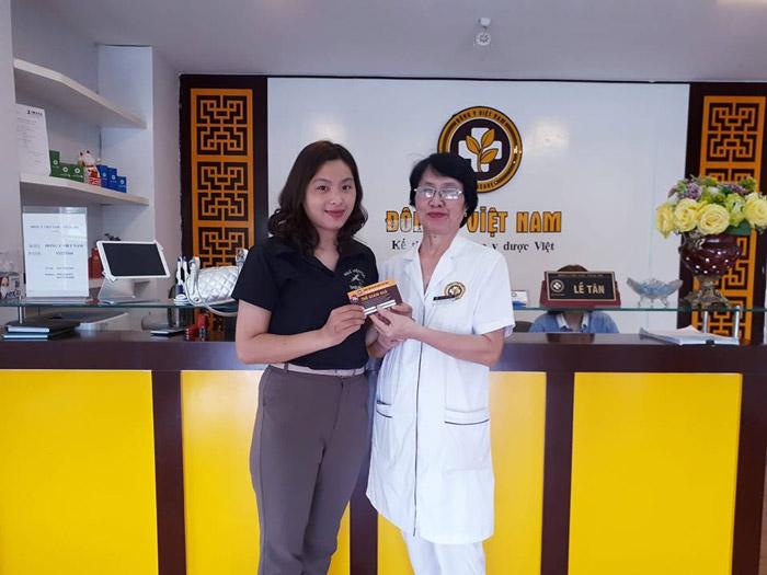 Bác sĩ Nguyễn Thị Nhuần và bệnh nhân