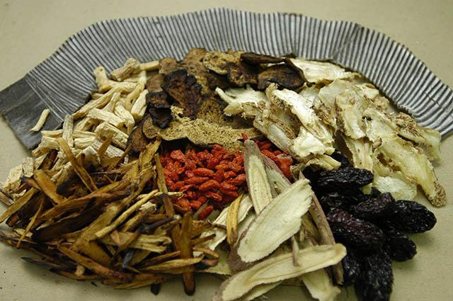 Các bài thuốc ngâm rửa từ Đông y chữa bệnh chàm môi