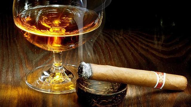 Tránh xa rượu, thuốc lá và các chất kích thích khi bị chàm môi