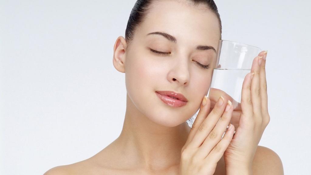 bổ sung đủ nước giúp da mềm mại, đủ độ ẩm